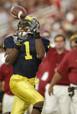 PASADENA, CA - JANUARY 1:  Wide receiver Braylon Edwards #1 of the Michigan Wolverines sets up for the catch during the 2004 Rose Bowl game against the USC Trojans on January 1, 2004 at the Rose Bowl in Pasadena, California. USC defeated Michigan 28-14. (