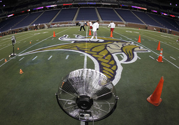 DETROIT, MI - DECEMBER 13:  Fans dry new logos painted on the field prior to the Minnesota Vikings playing the New York Giants at Ford Field on December 13, 2010 in Detroit, Michigan.  (Photo by Gregory Shamus/Getty Images)