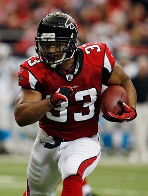 ATLANTA, GA - JANUARY 02:  Michael Turner #33 of the Atlanta Falcons runs upfield during the game against the Carolina Panthers at the Georgia Dome on January 2, 2011 in Atlanta, Georgia.  (Photo by Scott Halleran/Getty Images)