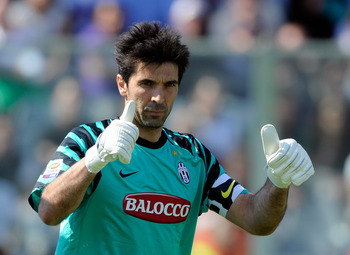 FLORENCE, ITALY - APRIL 17:  Goalkeeper Gianluigi Buffon of Juventus FC signals during the Serie A match between ACF Fiorentina and Juventus FC at Stadio Artemio Franchi on April 17, 2011 in Florence, Italy.  (Photo by Claudio Villa/Getty Images)