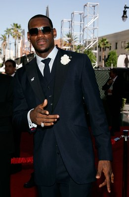 HOLLYWOOD - JULY 12:  Cleveland Cavaliers player LeBron James arrives at the 2006 ESPY Awards at the Kodak Theatre on July 12, 2006 in Hollywood, California.  (Photo by Vince Bucci/Getty Images)