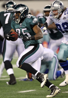 ARLINGTON, TX - DECEMBER 12:  Running back LeSean McCoy #25 of the Philadelphia Eagles runs the ball against the Dallas Cowboys at Cowboys Stadium on December 12, 2010 in Arlington, Texas.  (Photo by Ronald Martinez/Getty Images)