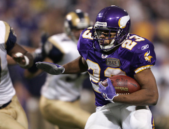 MINNEAPOLIS, MN - DECEMBER 11:  Michael Bennett #23 of the Minnesota Vikings carries the ball in the second half against the St Louis Rams on December 11, 2005 at the Hubert H. Humphrey Metrodome in Minneapolis, Minnesota. The Minnesota Vikings defeated t