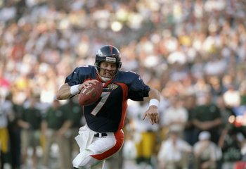 25 Jan 1998: Quarterback  John Elway #7 of the Denver Broncos scrambles with the football against the Green Bay Packers during Super Bowl  XXXII at Qualcomm Stadium in San Diego, California.  The Denver Broncos defeated the Green Bay Packers 31-24. Mandat