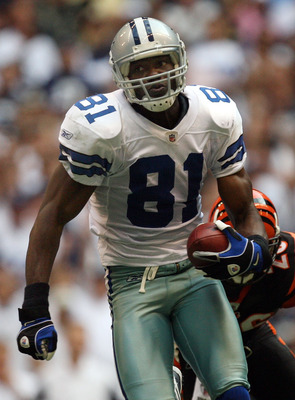 IRVING, TX - OCTOBER 05:  Wide receiver Terrell Owens #81 of the Dallas Cowboys makes a touchdown pass reception against the Cincinnati Bengals in the fourth quarter at Texas Stadium on October 5, 2008 in Irving, Texas.  (Photo by Ronald Martinez/Getty Im