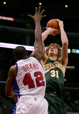 LOS ANGELES - OCTOBER 21:   Robert Swift #31 of the Seattle SuperSonics puts a shot up against Elton Brand #42 of the Los Angeles Clippers on October 21, 2006 at Staples Center in Los Angeles, California. NOTE TO USER: User expressly acknowledges and agre