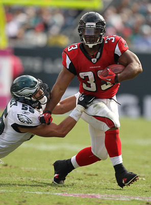 PHILADELPHIA - OCTOBER 17:  Michael Turner #33 of the Atlanta Falcons runs against Stewart Bradley #55 of the Philadelphia Eagles during their game at Lincoln Financial Field on October 17, 2010 in Philadelphia, Pennsylvania.  (Photo by Al Bello/Getty Ima