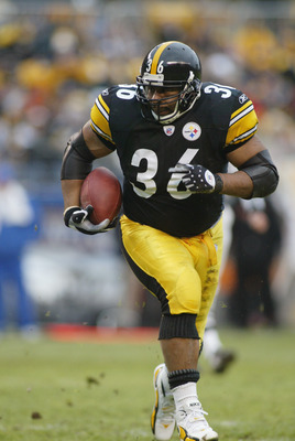 PITTSBURGH - DECEMBER 4:  Running back Jerome Bettis #36 of the Pittsburgh Steelers carries the ball against the Cincinnati Bengals at Heinz Field on December 4, 2005 in Pittsburgh, Pennsylvania. The Bengals defeated the Steelers 38-31. (Photo by Rick Ste