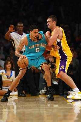 LOS ANGELES - NOVEMBER 6:  Tyson Chandler #6 of the New Orleans Hornets moves the ball against Chris Mihm #31 of the Los Angeles Lakers during the game at Staples Center on November 6, 2007 in Los Angeles, California.  The Hornets won 118-104.  NOTE TO US