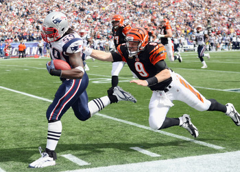 FOXBORO, MA - SEPTEMBER 12:  Gary Guyton #59 of the New England Patriots carries the ball in for a touchdown as Carson Palmer #9 of the Cincinnati Bengals tries to tackle during the NFL season opener on September 12, 2010 at Gillette Stadium in Foxboro, M