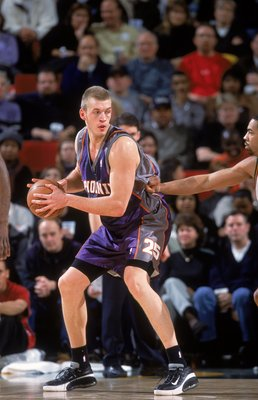 17 Jan 2001:  Iakovos Tsakalidis #25 of the Phoenix Suns guards the ball during the game against the Seattle SuperSonics at the Key Arena in Seattle, Washington.  The Suns defeated the SuperSonics 89-80.  NOTE TO USER: It is expressly understood that the