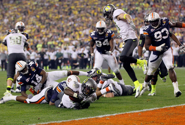 GLENDALE, AZ - JANUARY 10:  Lavasier Tuinei #80 of the Oregon Ducks comes up short of a touchdown against the Auburn Tigers during the Tostitos BCS National Championship Game at University of Phoenix Stadium on January 10, 2011 in Glendale, Arizona.  (Pho