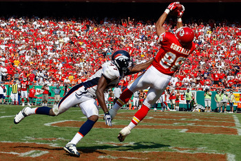 KANSAS CITY, MO - SEPTEMBER 28:  Tony Gonzalez #88 of the Kansas City Chiefs catches a pass in front of Boss Bailey #97 of the Denver Broncos on September 28, 2008 at Arrowhead Stadium in Kansas City, Missouri.  (Photo by Jamie Squire/Getty Images)