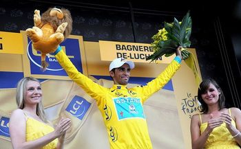 2010_tour_de_france_stage15_alberto_contador_podium_girls1a_display_image