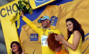 2008_tour_de_france_stefan_schumacher_gerolsteiner_yellow_jersey_podium_girls_cholet_stage4_display_image