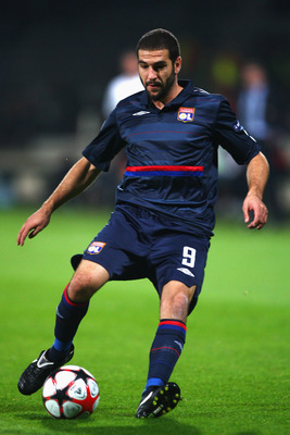 LYON, FRANCE - SEPTEMBER 16:  Lisandro of Lyon during the UEFA Champions League Group E match between Lyon and Fiorentina at the Stade de Gerland on September 16, 2009 in Lyon, France.  (Photo by Michael Steele/Getty Images)