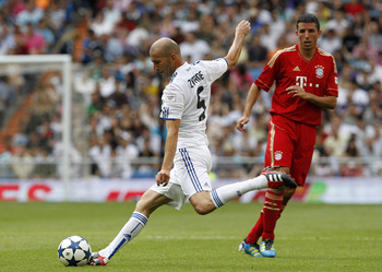 MADRID, SPAIN - JUNE 05:  Zinedine Zidane of Real Madrid in action beside Roy Makaay of Bayern Muenchen during the Corazon Classic Match between Allstars Real Madrid and Allstars Bayern Muenchen at Estadio Santiago Bernabeu on June 5, 2011 in Madrid, Spai