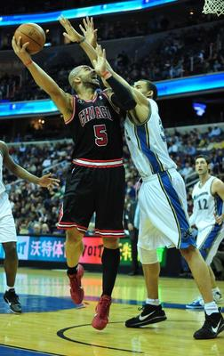 Chicago-bulls-carlos-boozer-shoots-against-washington-wizards-javale-mcgee-in-washington_display_image