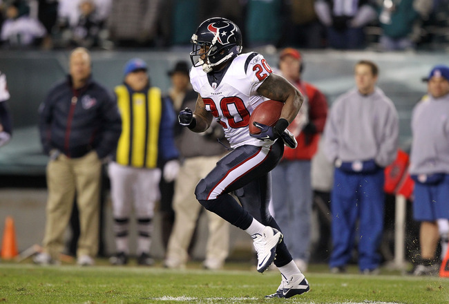 PHILADELPHIA, PA - DECEMBER 02:  Steve Slaton #20 of the Houston Texans runs with the ball against the Philadelphia Eagles at Lincoln Financial Field on December 2, 2010 in Philadelphia, Pennsylvania.  (Photo by Al Bello/Getty Images)