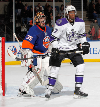 UNIONDALE, NY - FEBRUARY 19:  Wayne Simmonds #17 of the Los Angeles Kings stands in front of goalie Al Montoya #35 of the New York Islanders during the first period of an NHL hockey game at the Nassau Coliseum on February 19, 2011 in Uniondale, New York.