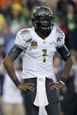 GLENDALE, AZ - JANUARY 10:  Darron Thomas #1 of the Oregon Ducks looks on against the Auburn Tigers during the Tostitos BCS National Championship Game at University of Phoenix Stadium on January 10, 2011 in Glendale, Arizona.  (Photo by Ronald Martinez/Ge