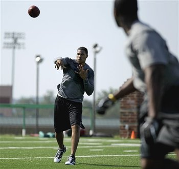 Raiders_workout_football_sff-3fa626d3-890f-424b-a435-37fb96e926ba_display_image