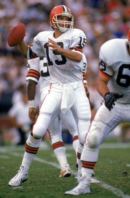 LOS ANGELES - NOVEMBER 16:  Quarterback Bernie Kosar #19 of the Cleveland Browns looks for a receiver during a game against the Los Angeles Raiders at the Los Angeles Memorial Coliseum on November 16, 1986 in Los Angeles, California.  The Raiders won 27-1