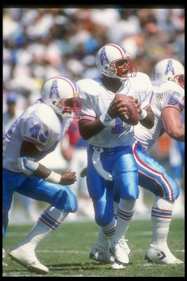 30 Sep 1990:  Quarterback Warren Moon of the Houston Oilers looks to pass the ball during a game against the San Diego Chargers at Jack Murphy Stadium in San Diego, California.  The Oilers won the game, 17-7. Mandatory Credit: Stephen Dunn  /Allsport