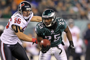 PHILADELPHIA, PA - DECEMBER 02:  LeSean McCoy #25 of the Philadelphia Eagles runs the ball against Brian Cushing #56 of the Houston Texans at Lincoln Financial Field on December 2, 2010 in Philadelphia, Pennsylvania. The Eagles won 34-24.  (Photo by Al Be