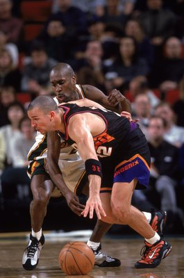 4 Feb 2000: Gary Payton #20 of the Seattle SuperSonics moves for the ball as he blocks Jason Kidd #32 of the Phoenix Suns at Key Arena in Seattle, Washington. The SuperSonics defeated the Suns 94-86.