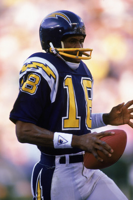 1985:  Charlie Joiner #18 of the San Diego Chargers carries the ball during a 1985 NFL game.  (Photo by Stephen Dunn/Getty Images)