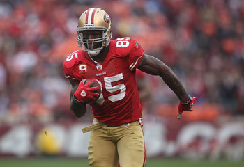 SAN FRANCISCO - DECEMBER 12:    Vernon Davis #85 of the San Francisco 49ers runs for a tochdown after a catch against the Seattle Seahawks during an NFL game at Candlestick Park on December 12, 2010 in San Francisco, California.  (Photo by Jed Jacobsohn/G