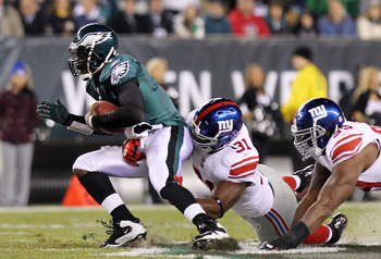 PHILADELPHIA, PA - NOVEMBER 21:  Michael Vick #7 of the Philadelphia Eagles is tackled by Justin Tuck #91 of the New York Giants at Lincoln Financial Field on November 21, 2010 in Philadelphia, Pennsylvania.  (Photo by Nick Laham/Getty Images)
