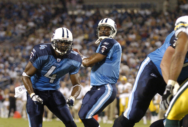 Tennessee Titans quarterback  Steve McNair sets to pass as running back Jarrett Payton runs a pass route  against the Green Bay Packers Sept. 1, 2005 in Nashville.  (Photo by Al Messerschmidt/Getty Images)