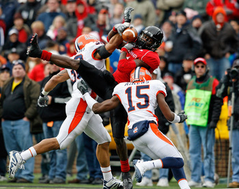 CINCINNATI - NOVEMBER 27:  Mardy Gilyard #1 of the Cincinnati Bearcats reaches up to catch the ball while defended by Ian Thomas #38 and Walt Aikens #15 of the Illinois Fighting Illini during the game at Nippert Stadium on November 27, 2009 in Cincinnati,