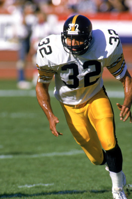 1984:  Running back Franco Harris #32 of the Pittsburgh Steelers runs during a game in the 1984 NFL season.  (Photo by Rick Stewart/Getty Images)