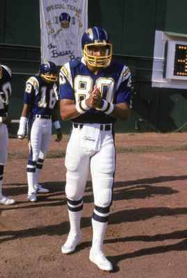 SAN DIEGO -1986: Kellen Winslow #80 of the San Diego Chargers walks into the stadium before a 1986 NFL season game at Jack Murphy Stadium in San Diego, California. (Photo by: Stephen Dunn/Getty Images)