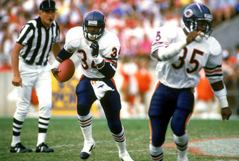 UNDATED:  Running back Walter Payton #34 of the Chicago Bears runs alongside teammate Neal Anderson #35 during a NFL game circa 1986-1987. (Photo by Jonathan Daniel/Getty Images)