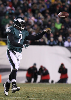 PHILADELPHIA, PA - JANUARY 09:  Michael Vick #7 of the Philadelphia Eagles passes against the Green Bay Packers during the 2011 NFC wild card playoff game at Lincoln Financial Field on January 9, 2011 in Philadelphia, Pennsylvania.  (Photo by Nick Laham/G