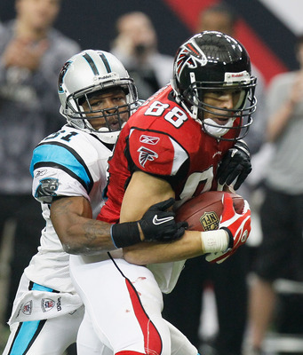 ATLANTA, GA - JANUARY 02:  Tony Gonzalez #88 of the Atlanta Falcons against Richard Marshall #31 of the Carolina Panthers at Georgia Dome on January 2, 2011 in Atlanta, Georgia.  (Photo by Kevin C. Cox/Getty Images)