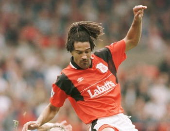 17 SEP 1995:  DAVE WATSON OF EVERTON CHALLENGES JASON LEE OF NOTTINGHAM FOREST   DURING NOTTINGHAM FOREST V EVERTON IN THE FA PREMIERSHIP AT CITY GROUND. Mandatory Credit: Shaun Botterill/ALLSPORT