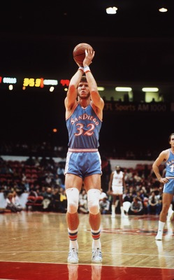 San Diego Clippers Center Bill Walton shoots at the line during the Clippers game at the San Diego Sports Arena, California.  (Photo by Jonathan Daniel/Getty Images)