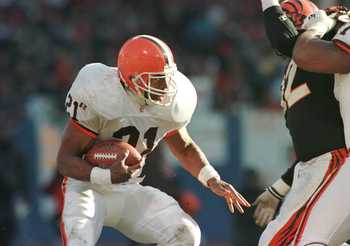 17 Dec 1995: CLEVELAND BROWNS RUNNING BACK EARNEST BYNER LOOKS FOR RUNNING ROOM AS HE CARRIES THE BALL IN THE BROWNS'' 26-10 VICTORY OVER THE CINCINNATI BENGALS AT CLEVELAND STADIUM IN CLEVELAND, OHIO. THE GAME COULD BE THE LAST EVER BROWNS HOME GAME IN C