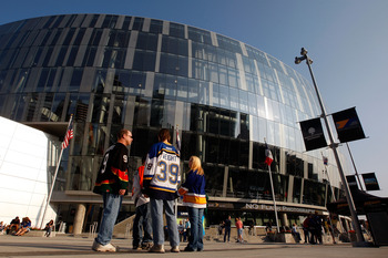 KANSAS CITY, MO - SEPTEMBER 22:  Fans gather outside the Sprint Center prior to the start of the game between the St. Louis Blues and the Los Angeles Kings on September 22, 2008 at the Sprint Center in Kansas City, Missouri.  (Photo by Jamie Squire/Getty