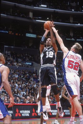 7 Apr 2001:  Sean Elliot #32 of the San Antionio Spurs takes the shot as he is blocked by Eric Piatkowski #52 of the Los Angeles Clippers at the STAPLES Center in Los Angeles, California. The Spurs defeated the Clippers 93-83..   NOTE TO USER: It is expre