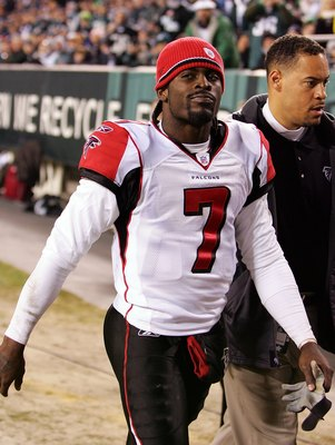 PHILADELPHIA - DECEMBER 31:  Michael Vick #7 of the Atlanta Falcons leaves the game in the third quarter during NFL action against the Philadelphia Eagles December 31, 2006 at Lincoln Financial Field in Philadelphia, Pennsylvania.  (Photo by Jim McIsaac/G