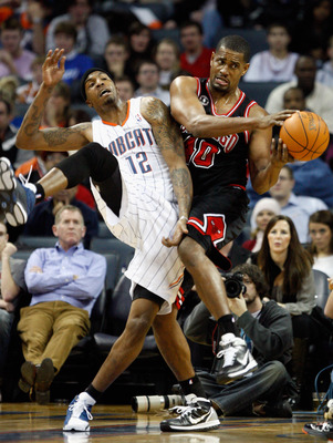 CHARLOTTE, NC - JANUARY 12:  Kurt Thomas #40 of the Chicago Bulls battles for a loose ball with Tyrus Thomas #12 of the Charlotte Bobcats during their game at Time Warner Cable Arena on January 12, 2011 in Charlotte, North Carolina. NOTE TO USER: User exp