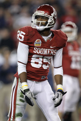 GLENDALE, AZ - JANUARY 01:  Ryan Broyles #85 of the Oklahoma Sooners looks on against the Connecticut Huskies during the Tostitos Fiesta Bowl at the Universtity of Phoenix Stadium on January 1, 2011 in Glendale, Arizona.  (Photo by Ronald Martinez/Getty I