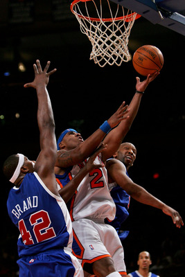 NEW YORK - FEBRUARY 06:  Quentin Richardson #23 of the New York Knicks shoots under pressure from Elton Brand #42 and Sam Cassell #19 of the Los Angeles Clippers on February 6, 2007 at Madison Square Garden in New York City. NOTE TO USER: User expressly a