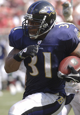 Baltimore Ravens running back Jamal Lewis rushes upfield  Tampa Bay Buccaneers fullback Mike Alstott  September 10, 2006 in Tampa.  The Ravens defeated the Bucs 27 - 0.  (Photo by Al Messerschmidt/Getty Images)